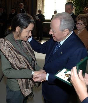 Chiara Castellani e il presidente della Repubblica Carlo Azeglio Ciampi durante la premiazione dell'8 marzo