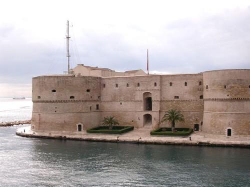 Castello aragonese, sede della Marina Militare