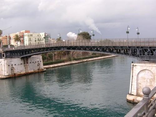 Ponte girevole con i fumi dell'Ilva sullo sfondo
