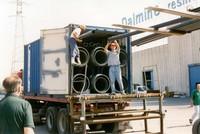 Il caricamento del container con i materiali necessari per la centrale
