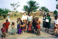 Chiara Castellani con i bambini e le madri di Kimbau