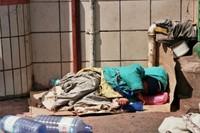 per le strade della capitale, Antananarivo, è facile imbattersi in cumuli di stracci tra cui si distingue un bimbo addormentato