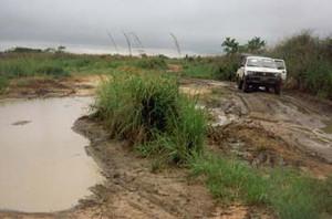Kimbau è ai confini con l'Angola nella regione occidentale del Bandundu. Partendo dalla capitale Kinshasa ci vogliono almeno due giorni per arrivarci, nonostante siano solo 500 chilometri. Ci vuole un