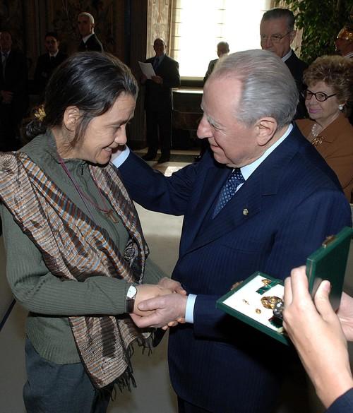 """8 marzo 2005: il Presidente della Repubblica Carlo Azeglio Ciampi premia Chiara Castellani. """"Per fortuna esistono persone che sanno dare corpo alla speranza, coniugando 'un sogno d'amore' con una ferm"""