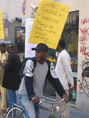 Nel corteo sono presenti anche le associazioni antirazziste e i gruppi organizzati di immigrati