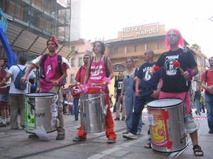 Alla testa del corteo, un gruppo rosa si scatena con danze e tamburi