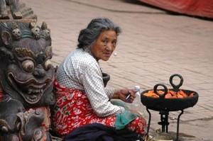 Un anziana donna vive per le strade di Bakthapur