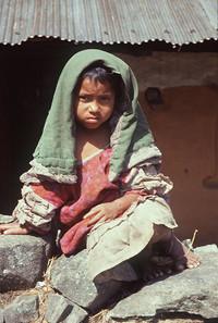Un bimbo di strada che vive di elemosine a Patan