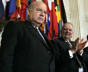 José Miguel Insulza  e alla sua  destra , Luigi R. Einaudi, lo statunitense che ha occupato la carica ad interim dall'ottobre del'anno scorso  FOTO Ap