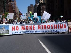 Alla manifestazione del 1° maggio 2005 in Central Park, New York, la delegazione giapponese di Hiroshima contro la proliferazione nucleare.