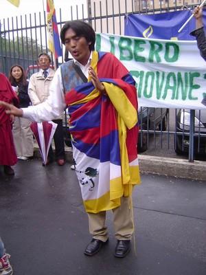 17 maggio 2005, sittin davanti al consolato cinese a Milano, per la liberazione di Panchen Lama, il più giovane prigioniero del mondo.