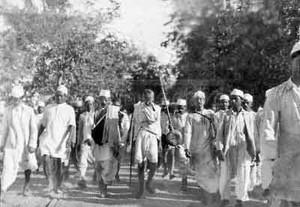 """Foto che ritrae Gandhi durante la famosa """"marcia del sale"""""""