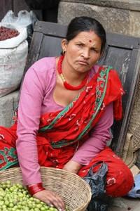Giovane donna in un mercato di Patan