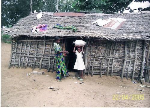 Tipica capanna del Bandundu, la regione del Congo di cui fanno parte Kimbau e Kenge. Qui siamo a Kenge.