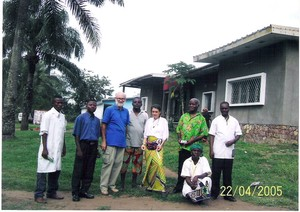 Il professor Pasquale De Sole (il terzo da sinistra) e la dottoressa Chiara Castellani davanti al convento delle suore diocesane a Kenge. Insieme a loro vi sono alcuni collaboratori. Il dottor Pasqual