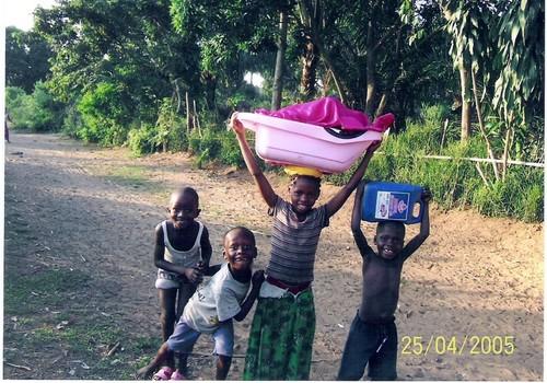 Bambini che vengono dalla sorgente dove hanno fatto il bucato. Hanno percorso un paio di chilometri con un dislivello di circa duecento metri.