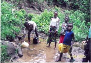 Una sorgente a più di due chilometri dalla periferia dell'abitato di Kenge. Chi parte dal centro deve fare anche 5 o 6 chilometri di strada.