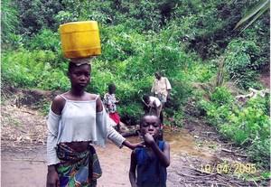 L'acqua viene trasportata nei bidoni. E' una incombenza riservata alle donne e ai bambini.