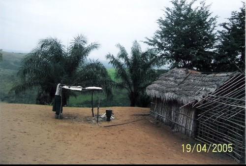 """Essiccatoio per la manioca. In basso a destra c'è il """"mortaio"""" per sfarinare la manioca che è base del pasto tipico (detto """"luku"""" in kikongo)."""