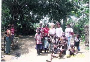 La professoressa Natalia Alessi con un gruppo di bambini e studenti a Kenge nei pressi della scuola infermieri nell'aprile del 2005.