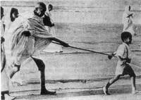 Gandhi a passeggio con un bambino