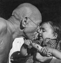 Gandhi bacia un bambino
