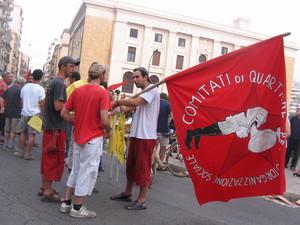 Alla manifestazione la bandiera del Comitato di Quartiere Città Vecchia, uno dei gruppi più attivi e creativi nell'organizzare l'iniziativa