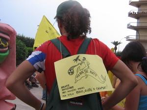 Alla manifestazione in molti portavano appeso al collo il simbolo di Taranto (Taras sul delfino) con un'opportuna caratterizzazione antinucleare