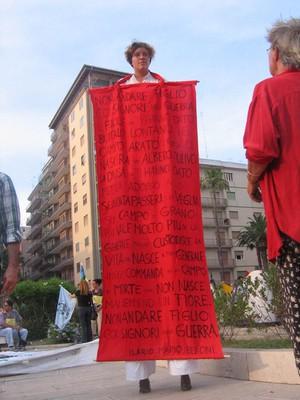 Sui trampoli con una poesia contro la guerra. Animazione a cura di Urupia