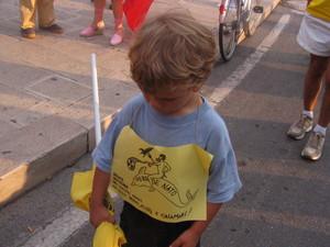 """Una manifestazione nonviolenta a cui hanno partecipato anche dei bambini... dotati del """"delfino antinucleare"""": in fondo il futuro di Taranto appartiene a loro"""