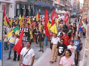 Il corteo contro il rischio nucleare mentre si snoda per il centro di Taranto