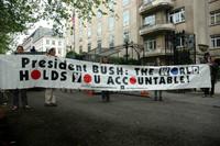 """Alcuni manifestanti espongono uno striscione contro il presidente degli Stati Uniti George W. Bush: """"Presidente Bush: il mondo ti reputa responsabile""""."""