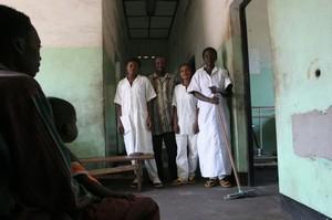 Ospedale di Kimbau, gli infermieri del reparto pediatria.