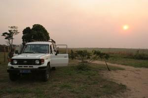 L'arrivo della jeep di Panorama a Lukuni Wamba: a bordo Chiara, due infermieri, l'ispettore sanitario locale e una cassa di medicinali.
