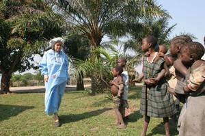 Chiara si prepara a esaminare i malati durante l'epidemia a Mumvuala. Il materiale di protezione è essenziale per proteggersi dal contagio. Si teme un'epidemia di virus di Marburg.