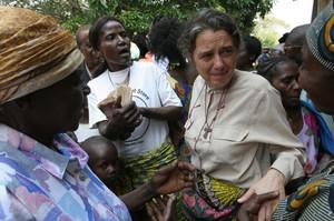 A Kenge all'uscita dalla messa le donne salutano Chiara in partenza per Kimbau.