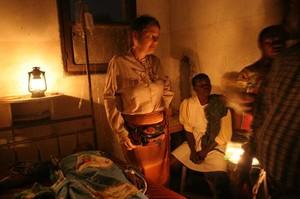 L'ospedale di Kimbau: si curano gli ammalati al lume di candela