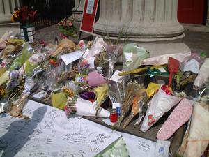 Fiori e dediche in memoria delle vittime del bus N. 30 a Tavistock Square