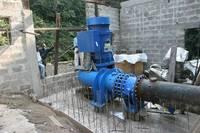 La posa della turbina del progetto idroelettrico di Kimbau