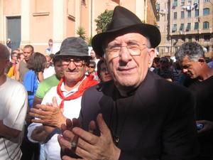 Piazza Alimonda, 20 luglio 2005. Arnaldo Cestaro, picchiato nella scuola Diaz la notte del 21 luglio 2001, e don Andrea Gallo, della comunita' di San Benedetto al Porto.
