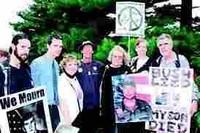 """foto tratta da """"Il Mattino """" del 24 agosto 2005, Cindy Sheehn e la penultima da destra"""