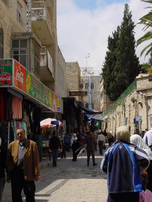 Gerusalemme: la casa che Sharon ha comprato in pieno quartiere arabo e addobbato con stendardi israeliani