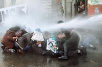 I manifestanti dispersi con gli idranti.