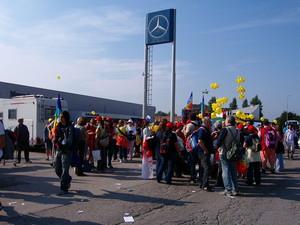 Il simbolo in alto può sembrare un simbolo pacifista ma è invece... quello della Mercedes!