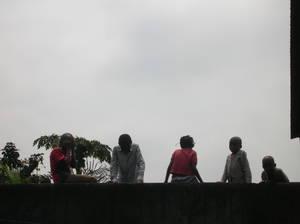 Bambini di Masina che ci guardano dal muro di cinta dell'orfanotrofio in rue Mama Yemo (foto di Fabiana D'Ascenzo - 19/08/05)