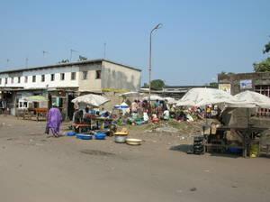 Piccolo mercato in periferia (foto di Fabiana D'Ascenzo - 16/08/05)