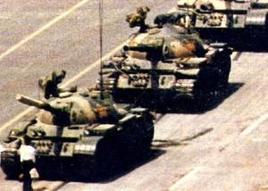Un ragazzo, con le sue nude mani, blocca i carri armati in piazza Tien An Men. Aguriamoci che si tratti solo dell'inizio.