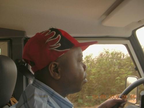 Abbè Cyrill che guida sulla strada per Kenge