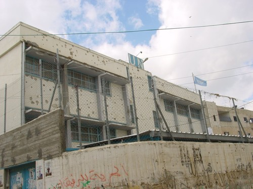 Betlemme: campo profughi di Aida. La scuola delle Nazioni Unite mitragliata dai colpi dei cecchini israeliani. Questo mitragliamento di colpi continua tutt'ora (hanno dovuto sgomberare le classi più
