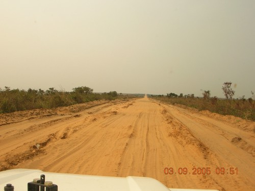 La strada da Kinshasa a Kenge. Di questa pista fra Kinshasa e Kenge ce ne è 137 kM.